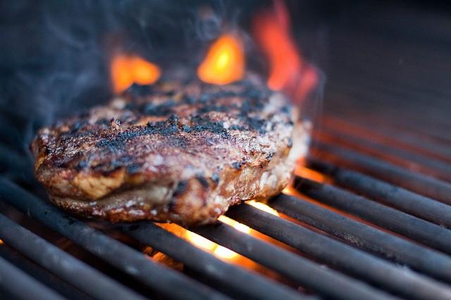 La cottura della carne alla brace produce sostanze cancerogene, come le ammine eterocicliche