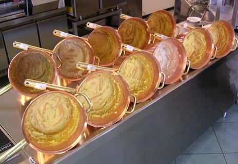 Polenta cucinata in paioli di rame per analisi sensoriale.